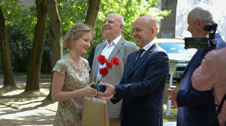 30 мая в сквере имени Ольги Берггольц на набережной Черной речки наградили лауреатов конкурса художественного слова
