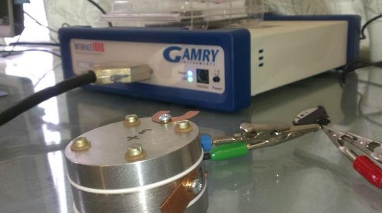 В Петербурге химики из Санкт-Петербургского государственного университета создали новый материал, который ускоряет работу литий-ионных батарей. Их используют во всех современных гаджетах — от ноутбука до плашета.