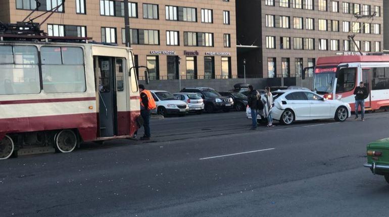 Водитель «БМВ» не поделил дорогу с петербургским трамваем