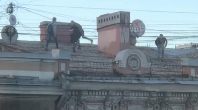 Очевидцы: подростки носятся по крышам на Невском и бросают бутылки
