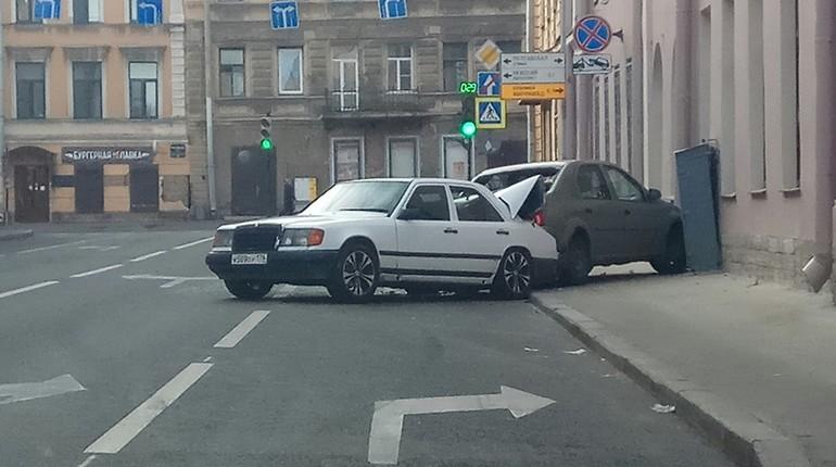 Mercedes загнал легковушку на тротуар в центре Петербурга