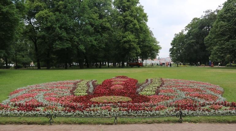 В Александровском саду идет Фестиваль цветов, где представлены весьма оригинальные композиции.