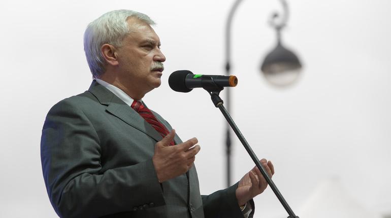 Губернатор Петербурга Георгий Полтавченко еще раз поздравил горожан с Днем России на Дворцовой площади, где проходит праздничный концерт.