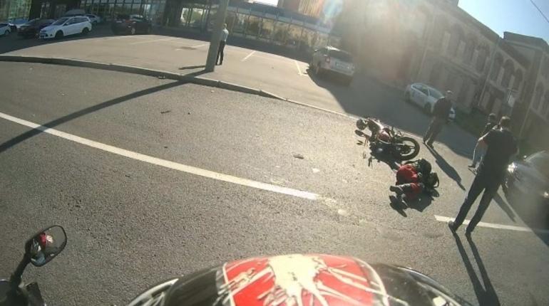 На Пироговской набережной сбили мотоциклиста