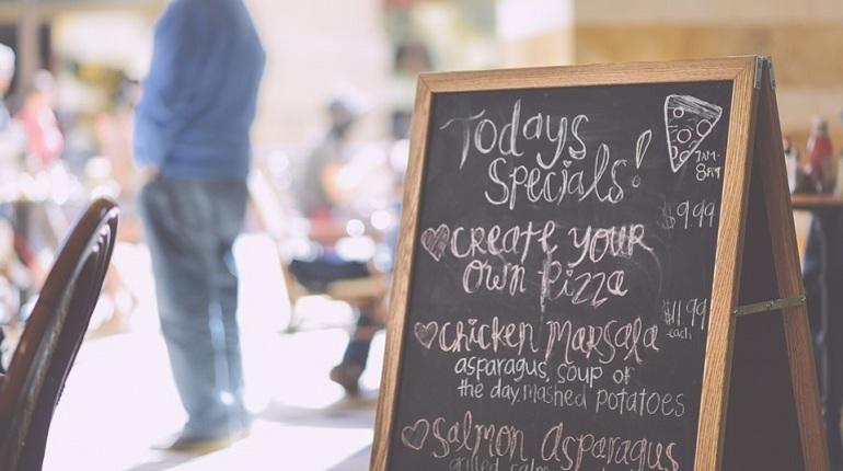Рестораторам разрешили бесплатно размещать меню у входа в свои заведения