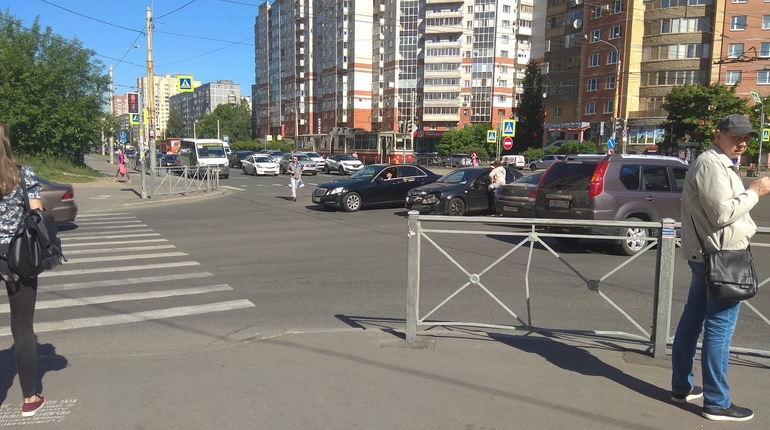 YouDrive попал в ДТП, пытаясь успеть на «красный» через перекресток в Выборгском районе
