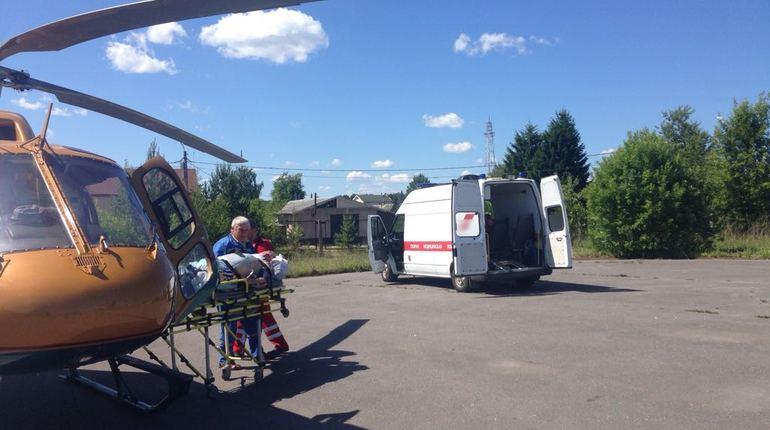 60-летнего жителя Сланцев доставили в больницу на вертолете санитарной авиации.