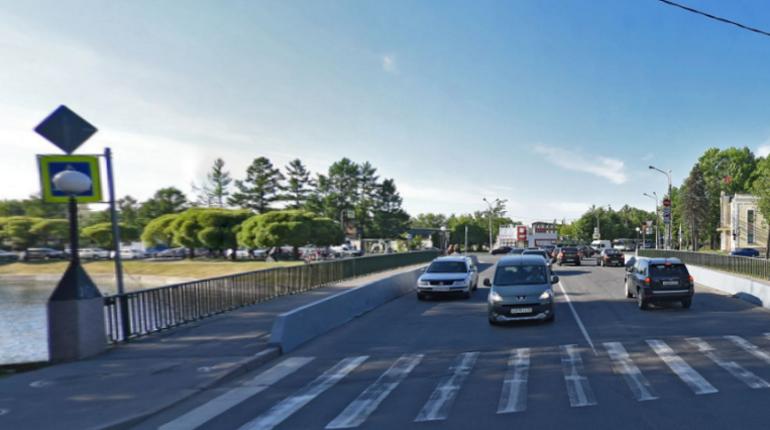 Автомобилисты в течение суток не смогут воспользоваться Никольским мостом в Колпино. Об этом сообщает СПб ГБУ «Мостотрест».