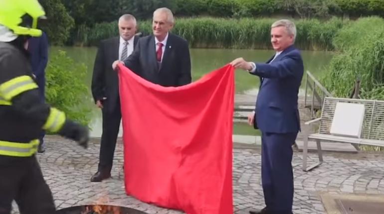 Милош Земан публично сжег на костре огромные красные трусы. Ранее чешская арт-группа Ztohoven организовала протестную акцию и вывесила трусы над над резиденцией президента.