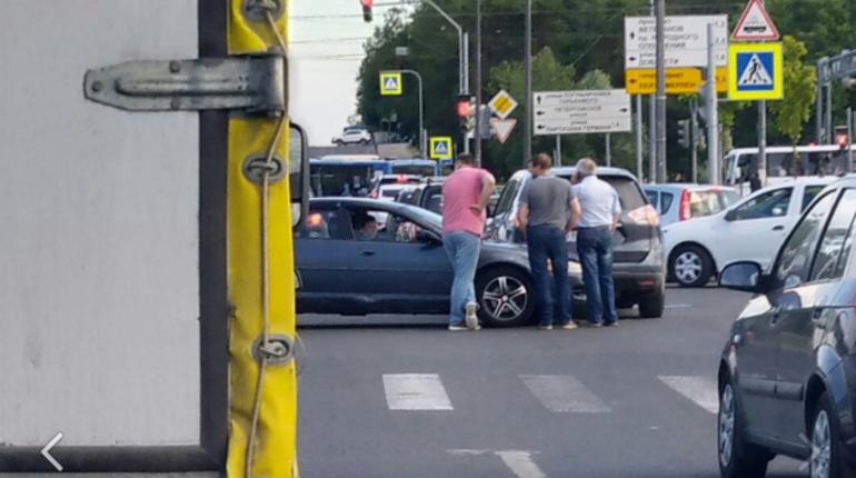 Сегодня вечером произошла авария в Красносельском районе Северной столицы на пересечении улиц Адмирала Черокова и Адмирала Трибуца - столкнулись два автомобиля.