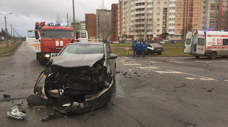 Водителя Lada спасатели вытаскивали из машины после ДТП в Сосновом Бору