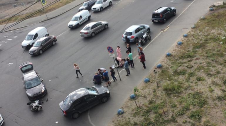 Сегодня вечером, 15 июня, в Калининском районе Санкт-Петербурга произошло серьезное дорожно-транспортное происшествие. Об этом сообщают свидетели происшествия в социальной сети