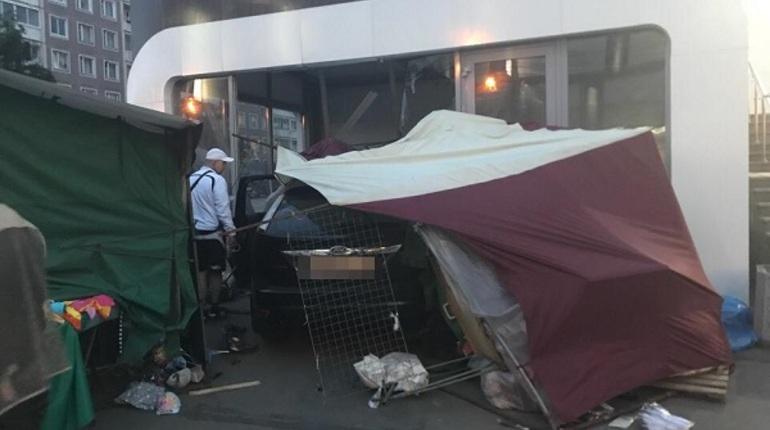 Сегодня вечером, 15 июня, в Приморском районе Санкт-Петербурга автомобилист сбил палатку и влетел в павильон. Об этом сообщают свидетели происшествия в социальной сети