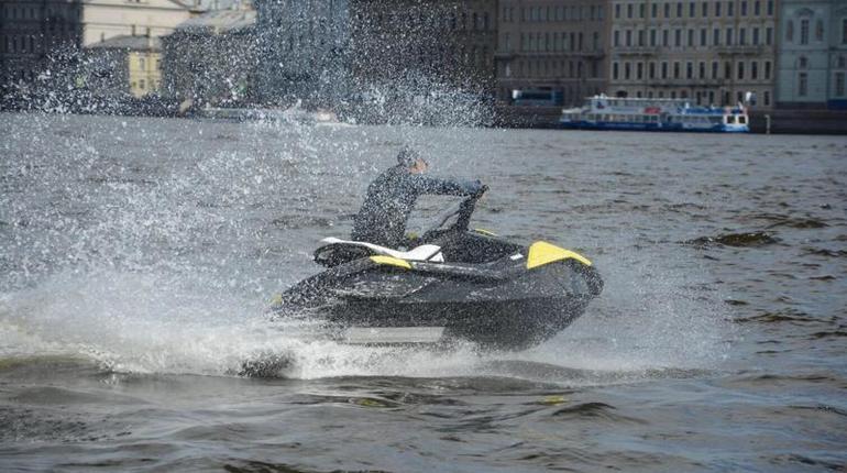 В Законодательном собрании Санкт-Петербурга депутаты хотят снизить налог на использование гидроциклов. ПРи этом, штрафы за нарушения на воде предлагают увеличить.
