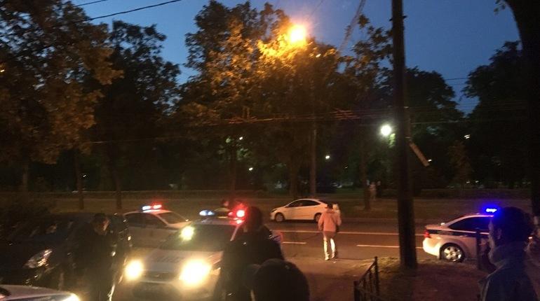 Очевидцы сообщают о ночных приключениях в Петербурге одного водителя иномарки без прав и его нескольких пассажиров – авто пыталось уйти от погони, но влетело в забор.