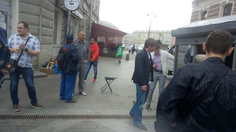 Жители Центрального района Петербурга сообщают: рейды по незаконной торговле добрались до 1-й Советской улицы. По их словам, с улицы прогнали лоточников и ларечников. «Сдаваться» добровольно захотели не все.