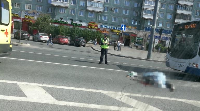 Очевидцы сообщают о смертельном ДТП на севере Петербурга. По их словам, троллейбус сбил мужчину.