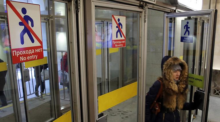 В Петербурге на проверку закрыли уже пятую за день станцию метро. Теперь пассажиры не могут попасть на «Садовую».