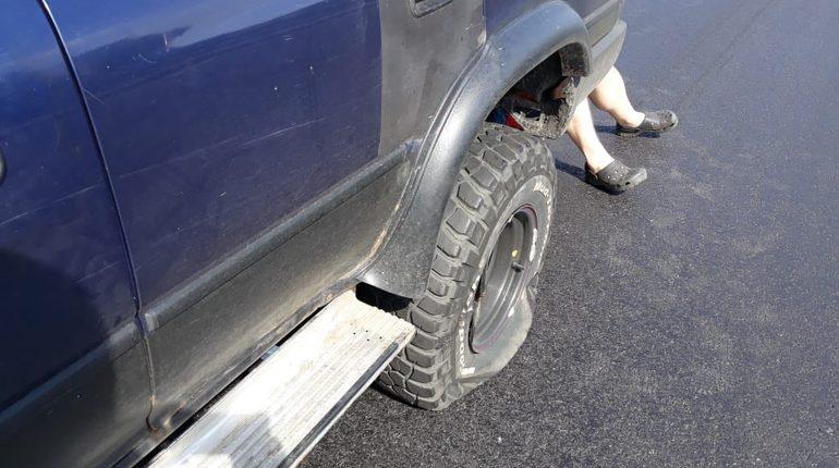На Суздальском проспекте оставили сюрприз для автомобилистов: на дороге после ремонта по каким-то причинам не закрыли люки. В результате несколько авто уже успели пробить себе колеса.