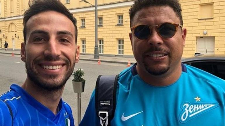 Легенда мирового футбола бразильский футболист Роналдо приехал в Петербург. По Северной столице России спортсмен разгуливает в форме местного футбольного клуба «Зенит».