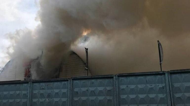 Жители Центрального района Петербурга сообщают о крупном пожаре на станции технического обслуживания. По их словам, СТО принимает дорогие авто.