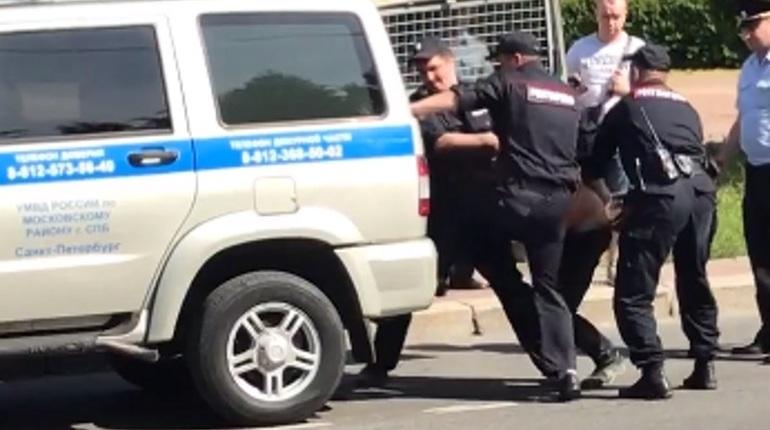 Очевидцы сняли на видео, как задерживали мужчину, устроившего в Чесменской церкви в Московском районе Петербурга переполох. Ранее горожане сообщали, что в церкви произошла поножовщина.