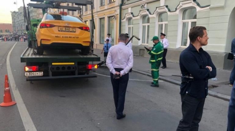 Водитель такси совершил наезд на толпу пешеходов на улице Ильинка в Москве. По последним данным, пострадали семь человек.