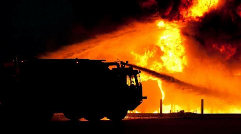 Сегодня ночью произошел пожар в Лужском районе Ленобласти, на место происшествия прибыли семь спасателей, которые привезли с собой две единицы спецтехники. Им предстояло потушить возгорание на площади 64 кв. метра.