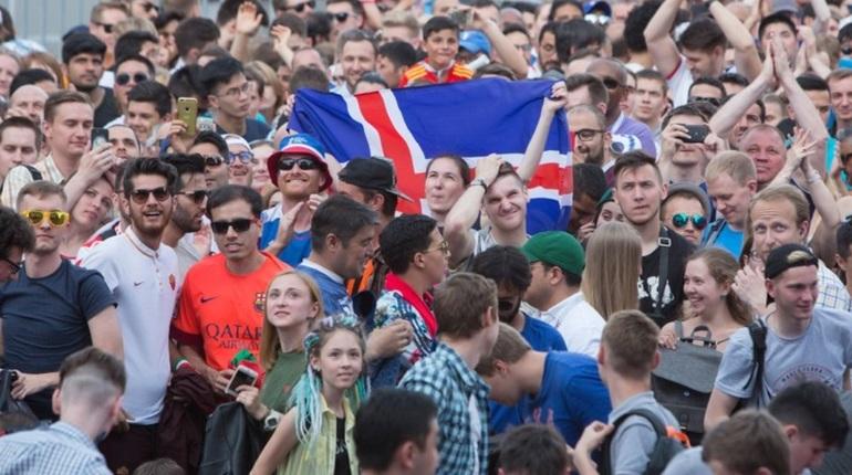 Несмотря на то, что матч Аргентины и Исландии проходил в Москве, Петербург не остался в стороне. Российские и иностранные болельщики следили за ходом игры на большой экране в фан-зоне и вместе ликовали, когда Месси не забил пенальти.