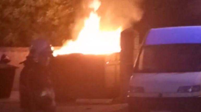 На мусорной площадке в Приморском районе Петербурга прогремели три взрыва. Ночью на месте происшествия работали спасатели.