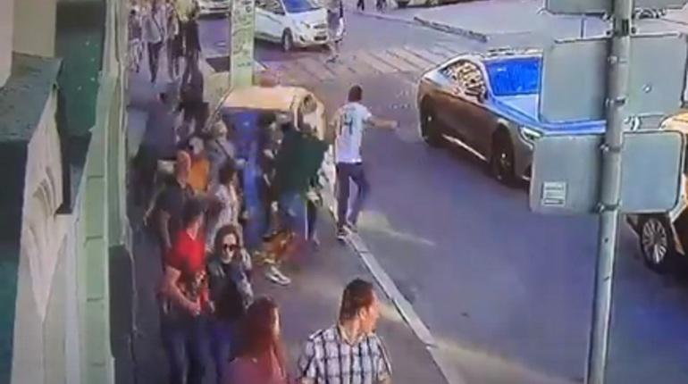 В Интернете появилась видеозапись с камер видеонаблюдения, одна из которых сняла наезд такси на пешеходов в центре Москвы. В результате инцидента пострадали семь человек.