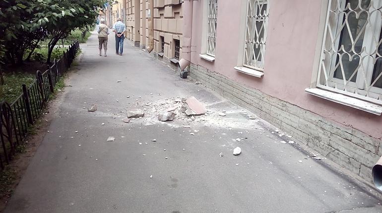 В центре Петербурга на голову девушке чуть не упал внушительных размеров кусок штукатурки. По словам очевидцев, прохожую спасла разница всего лишь в несколько секунд.