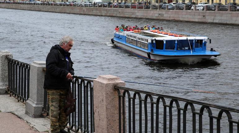 В Петербурге госпитализировали гражданина Марокко, который ударился головой об мост во время прогулки на речном трамвае.