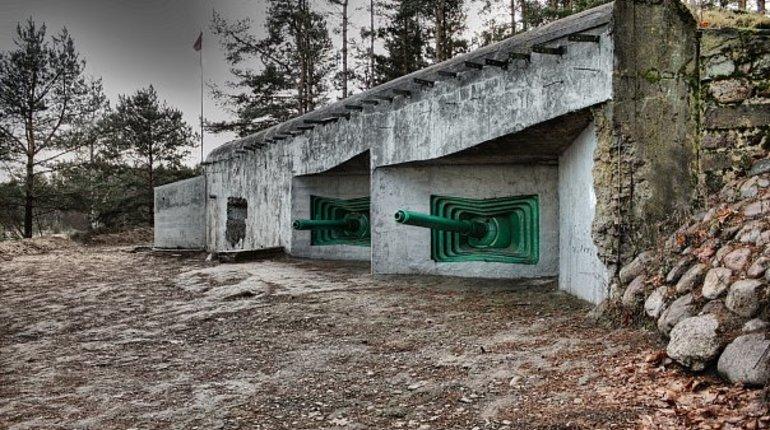 В Сестрорецке начали реставрацию долговременной огневой точки (ДОТ) времен обороны Ленинграда. Работы ведут военные гвардейской Красносельской мотострелковой бригады Западного военного округа.
