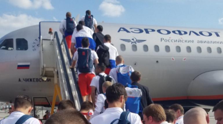 Национальная команда России по футболу вылетела из Москвы в Петербург, где проведет следующий матч чемпионата мира-2018.