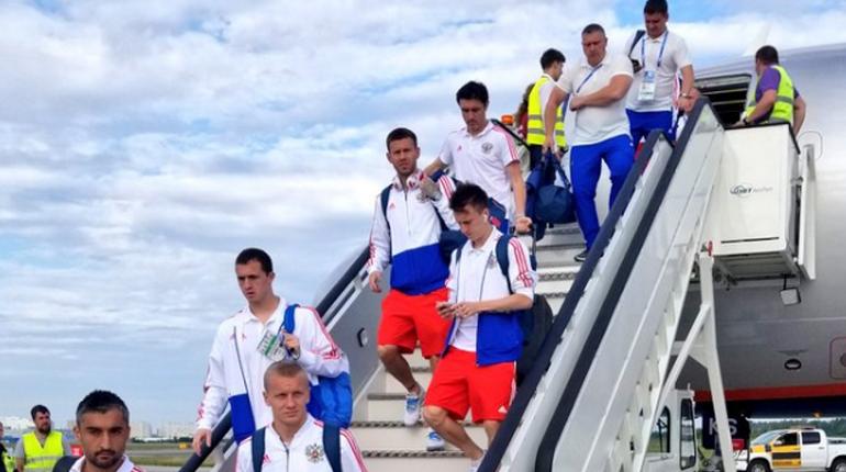 Приземление сборной России в Петербурге сняли на видео. На кадрах запечатлен пролет самолета над городом и приземление на взлетно-посадочную полосу.