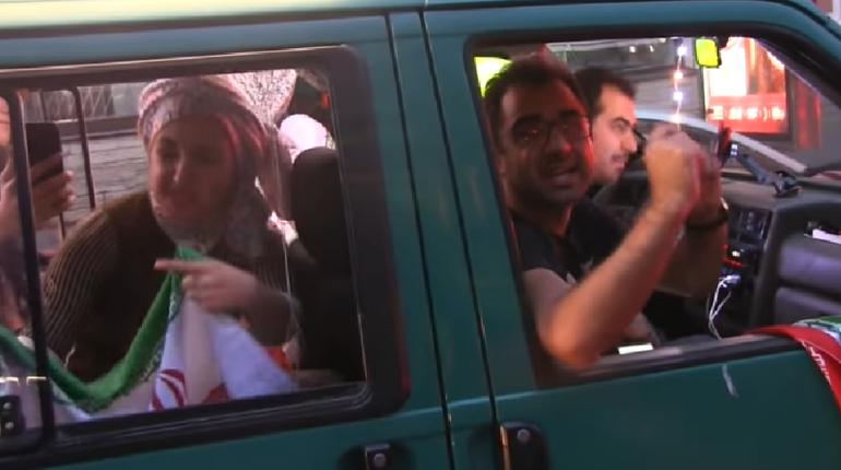 Петербуржцы продолжают делиться впечатлениями от иранских болельщиков, которые приезжали в Северную столицу, чтобы поболеть за свою сборную на ЧМ. Несколько человек, как оказалось, приехали из Ирана на автомобиле. Фанаты преодолели расстояние почти в четыре тысячи километров ради любимой команды.