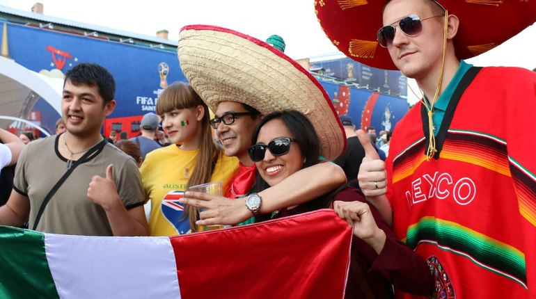 Бразильцы, немцы, русские, мексиканцы – четвертый день чемпионата мира-2018 собрал немало национальностей в фан-зоне на Конюшенной площади. Тысячи болельщиков пришли в центр Петербурга, чтобы посмотреть футбол и вместе побезумствовать.