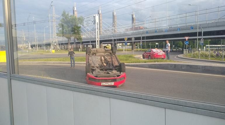 Авария с участием таксиста проишла на повороте с Пулковского шоссе к Дунайскому проспекту. Машина не вошла в поворот перевернулась.