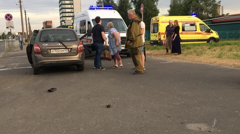 Серьезная авария произошла в Петербурге вечером в воскресенье, 17 июня. На пересечении Дальневосточного проспекта и улицы Крыленко иномарка ударила Lada, пострадала женщина.