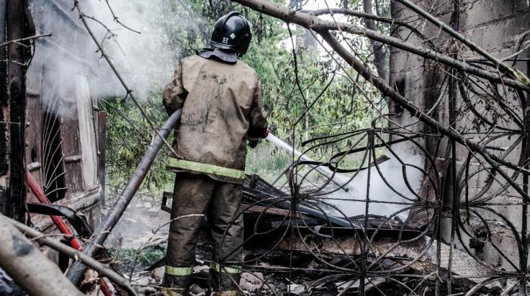 В Киришах 12 пожарных тушили дачный дом. Пожар охватил 48 квадратных метров.