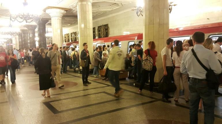 В соцсети рассказали о ЧП в петербургском метрополитене. Жители города не могут добраться до работы и учебы, потому что новый поезд сломался и из-за этого встала красная ветка с