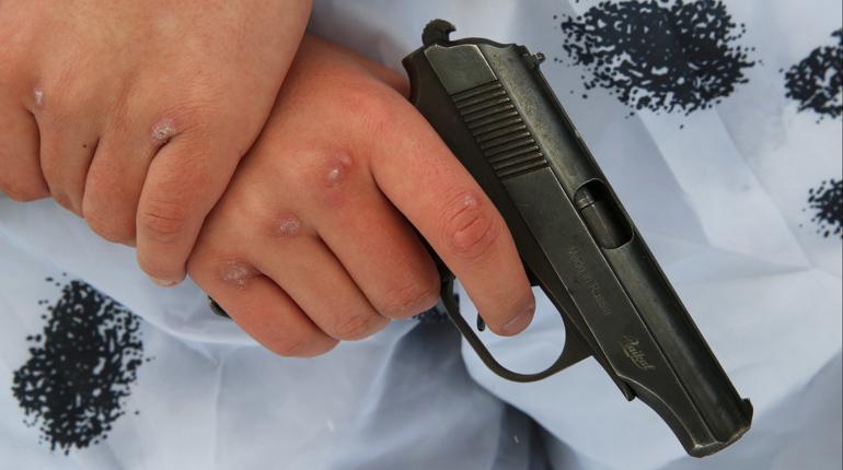 Около семи часов вечера у дома №1 по Кирпичному переулку водителю такси «хорошо» досталось. Неадекватный мужчина решил выяснить отношения с таксистом и выстрелил в него из своего травматического пистолета.