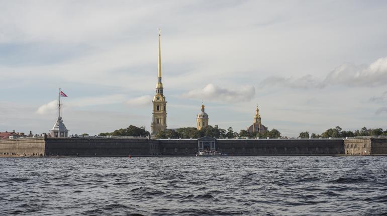 В Петербурге сотрудники полиции выясняют личность и обстоятельства смерти мужчины. Его тело прибило к пляжу Петропавловской крепости.