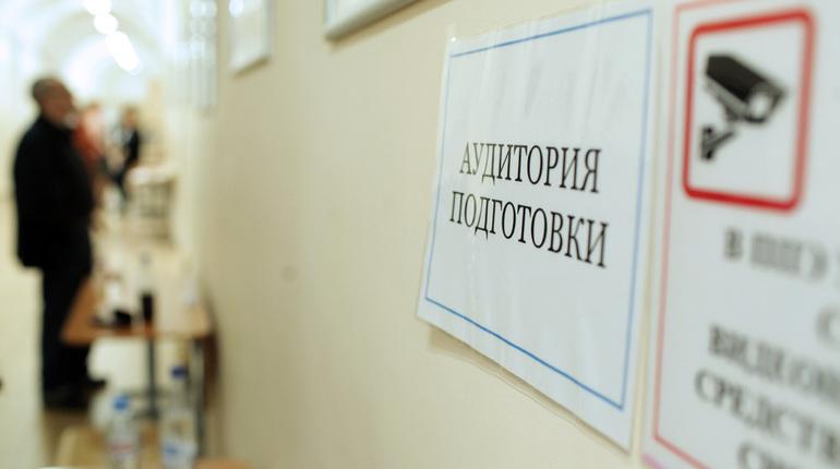 Трое выпускников петербургских школ смогли на двух экзаменах получить максимальные оценки. Как рассказали в комитете по образованию, двое юношей и девушка получили максимальные оценки по ЕГЭ по математике и информатике.