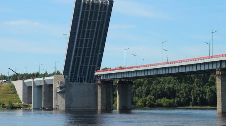 В Ленинградской области для прохода теплохода на 45 минут разведут Ладожский мост через Неву. Движение на Мурманском шоссе в районе переправы будет остановлено.