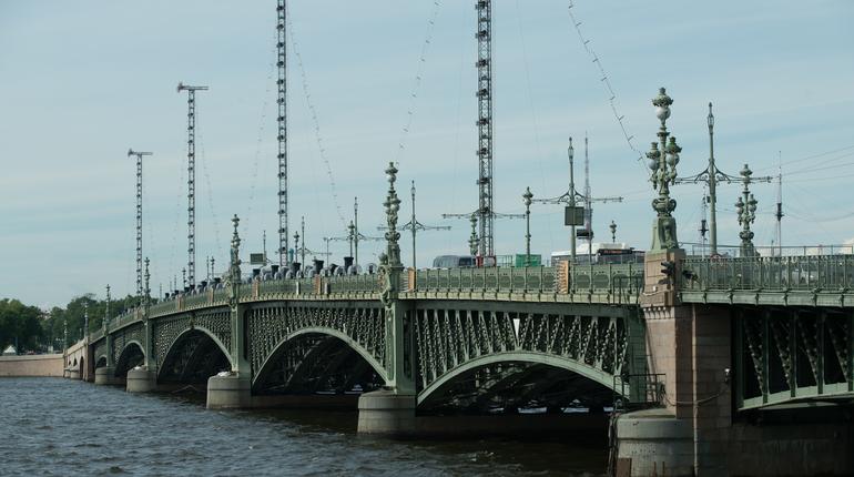 В Петербурге из-за игр в рамках ЧМ-2018 сместили режим разводки Троицкого моста. Пролет моста будет подниматься на 1 час и 40 минут позже обычного.