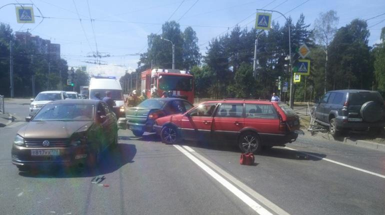 На пересечении улицы Жака Дюкло и Светлановского проспекта в Санкт-Петербурге столкнулись 4 машины.