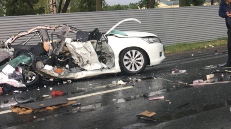 Появились кадры с места дорожно-транспортного происшествия на Петергофском шоссе. Автор поста утверждает, что столкнулись две иномарки и одна маршрутка.