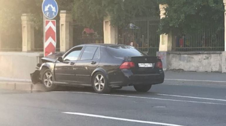 Грустный водитель «Сааба» заметался и влетел в ограждение
